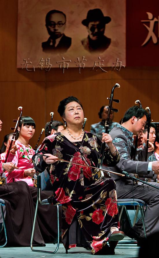 著名的二胡演奏家闵慧芳更是压轴表演了二胡独奏《二泉映月》和《光图片